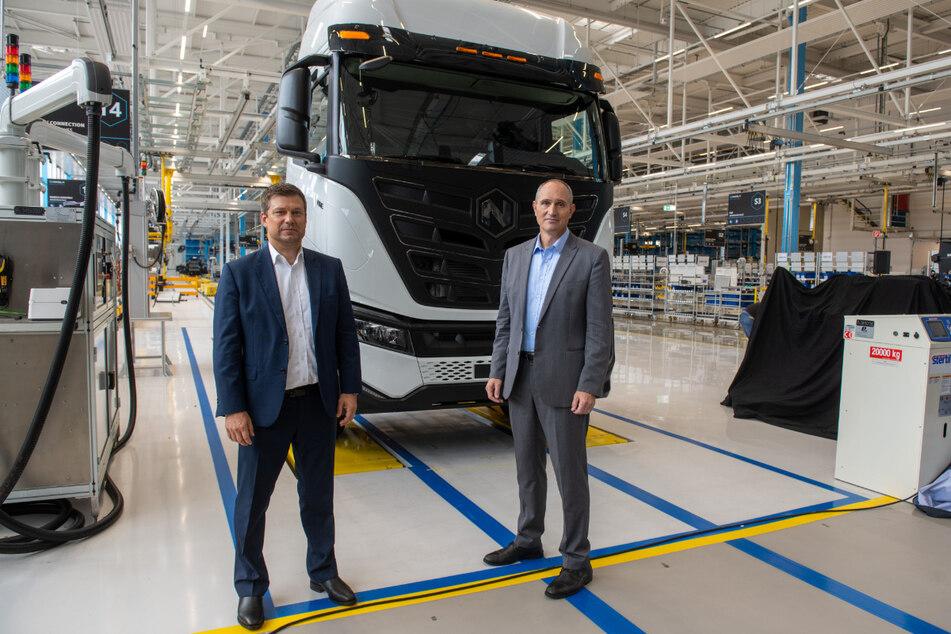 Iveco-Chef Gerrit Marx (l.) und Mark Russel, der CEO von Nikola, präsentieren ihren Lastwagen mit Batterieantrieb.