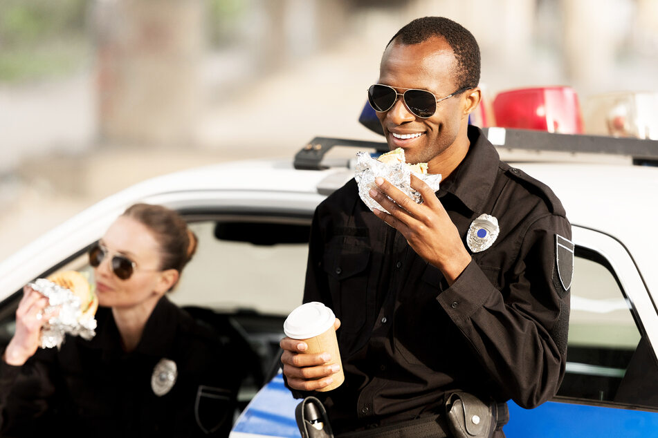 Gerade als ein Polizist in seiner Pause aß, bekam er einen Brief zugesteckt. (Symbolbild)