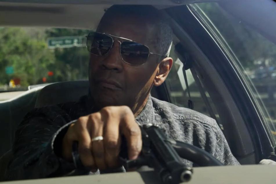 """Kern County Sheriff Joe """"Deke"""" Deacon (Denzel Washington) zückt sicherheitshalber seine Pistole, als sich der Wagen von Albert Sparma (Jared Leto, nicht im Bild) nähert."""