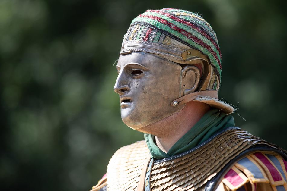 Ein Römerdarsteller reitet mit einer Maske im Museum und Park Kalkriese. (Symbolbild)