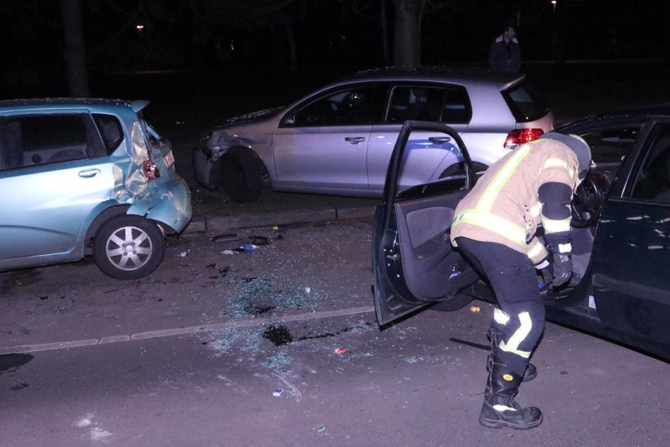 Mindestens drei parkende Autos wurden bei dem Unfall stark beschädigt.