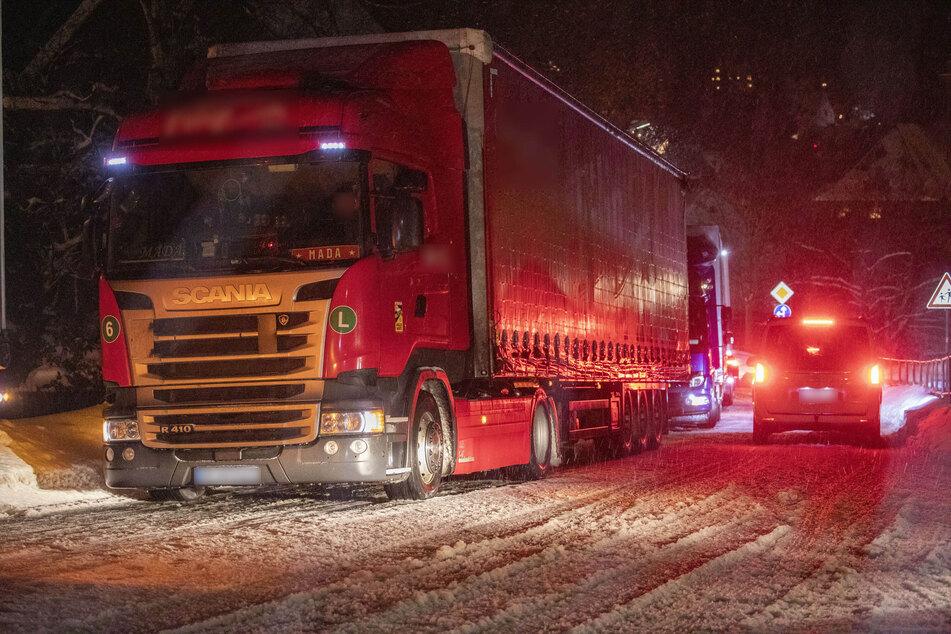 In Geyer (Erzgebirge) standen mehrere Laster in einer Reihe. Sie kamen wegen des Schneesturms nicht mehr voran und blockierten den Verkehr.