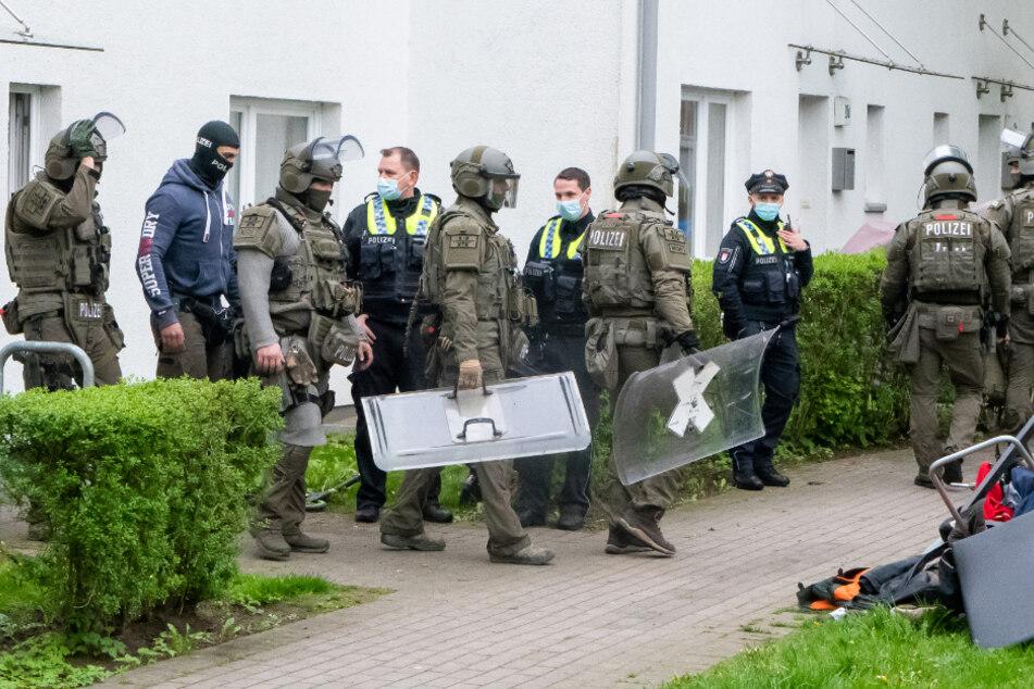 Mann verbarrikadiert sich, Polizei stürmt Wohnhaus in Hamburg
