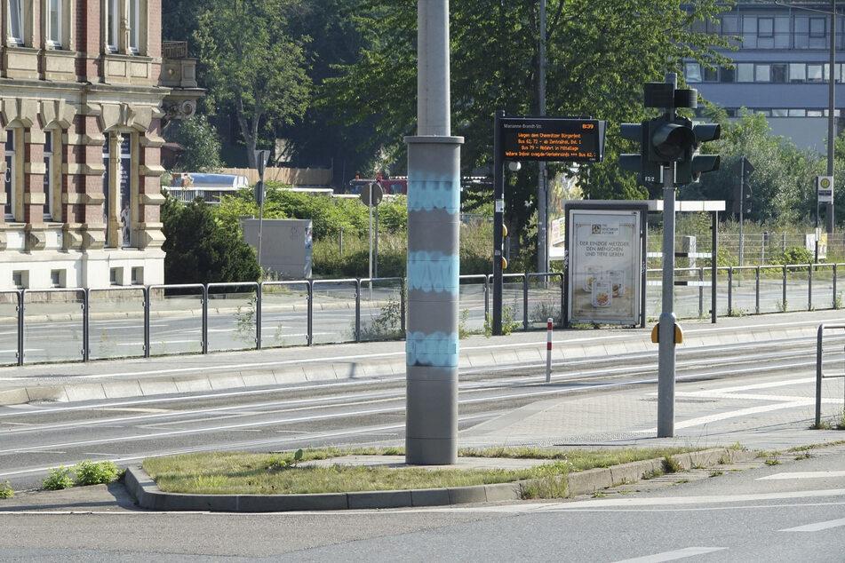 Der Blitzer an der Zwickauer Straße/ Kreuzung Barbarossa-/Goethestraße wurde mit türkiser Farbe besprüht.