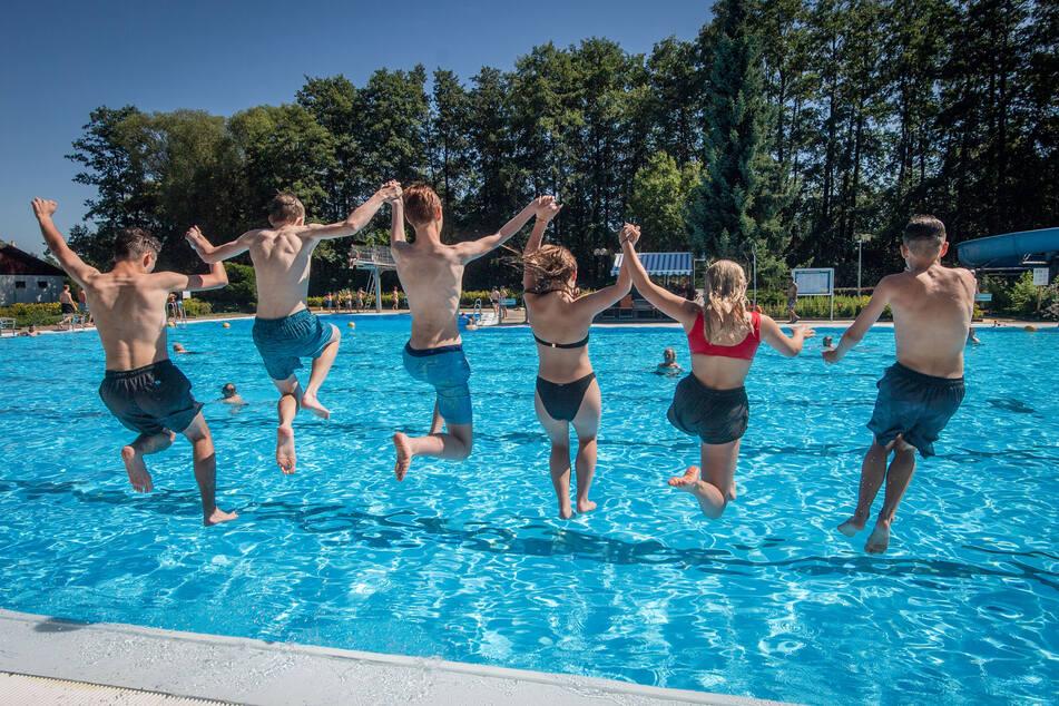 Synchronspringen im Freibad Wittgensdorf: Das nicht gerade volle Becken erlaubt auch große Sprünge.