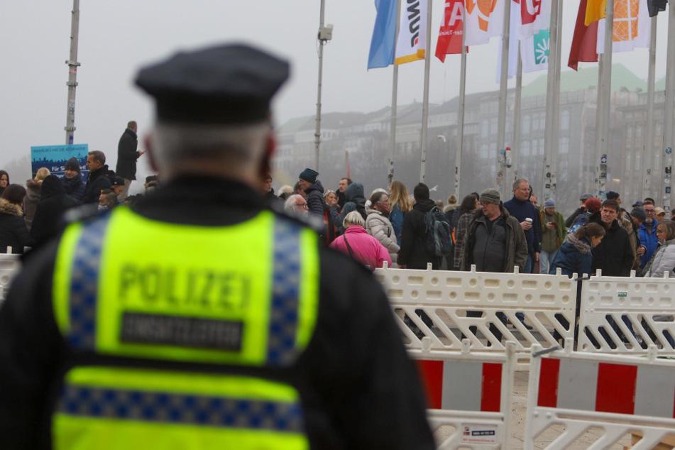 """Hamburg: 650 """"Querdenker"""" demonstrierten am Jungfernstieg: 46 Personen ausgeschlossen"""