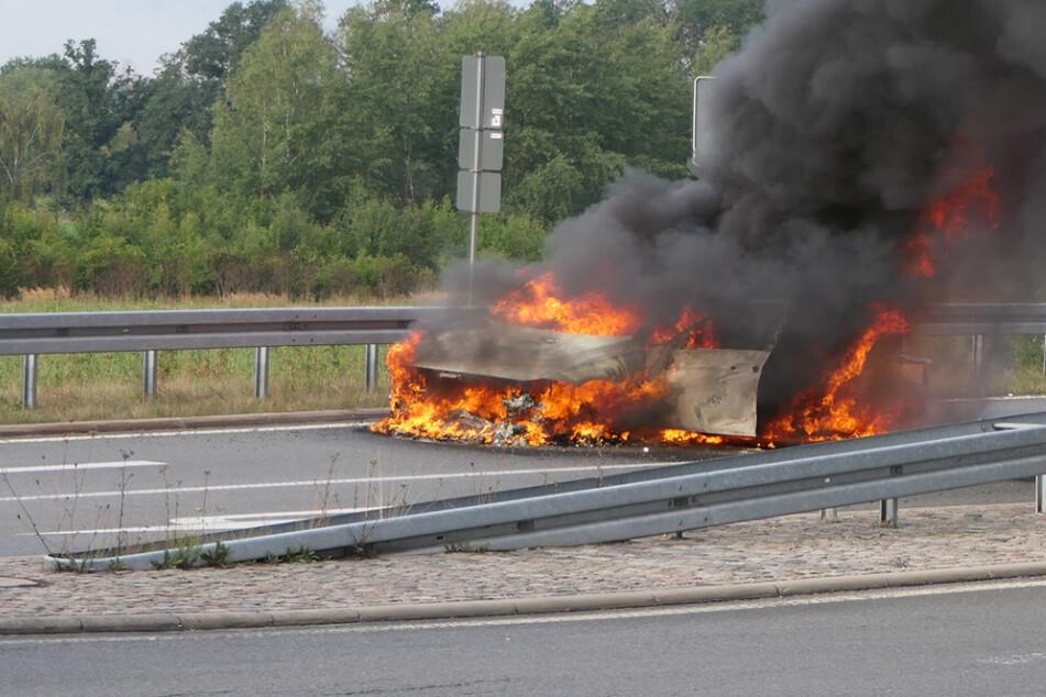 Auto fängt auf A14 bei Leipzig plötzlich Feuer: Wagen komplett ausgebrannt!