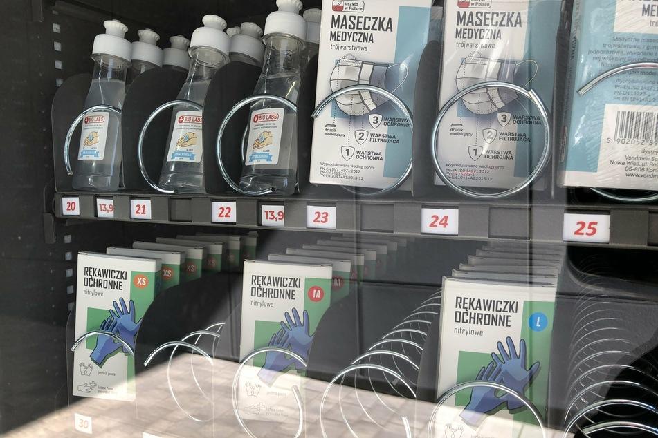 An einem Automaten werden Schutzmasken, Einweg-Handschuhe und Desinfektionsmittel zum Schutz vor einer Ansteckung mit dem Coronavirus zum Verkauf angeboten.