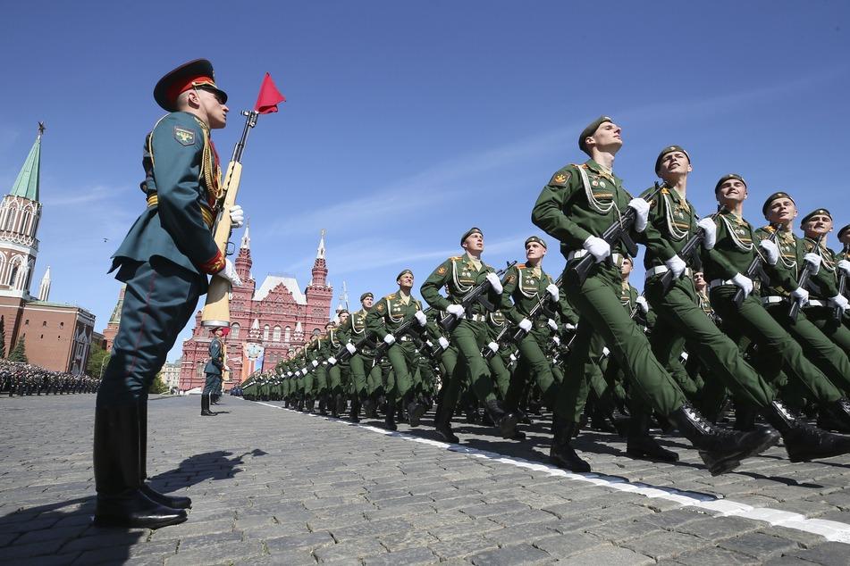 Mahnwachen verboten, Militärparaden erlaubt: Das Leben in Russland ist stark eingeschränkt im Moment.