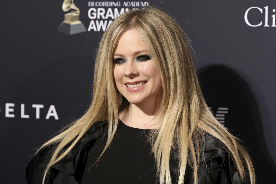 Avril Lavigne (36) hat auf TikTok ihr erstes Video veröffentlicht und sich dazu prominente Unterstützung geholt.