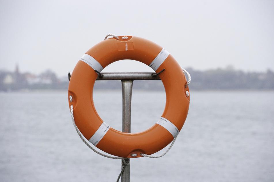 Da der Mann kein guter Schwimmer war, sicherte er sich mit einem Rettungsring. (Symbolbild)