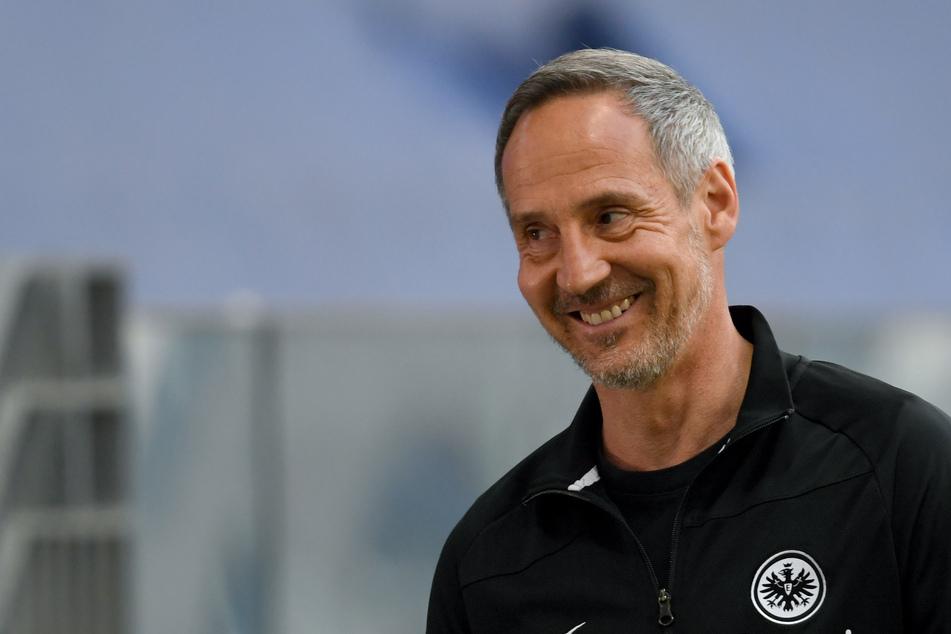 Ob Eintracht-Frankfurt-Coach Adi Hütter (51) nach der Partie beim FC Schalke 04 am Samstag auch noch zum Lachen zumute sein wird?