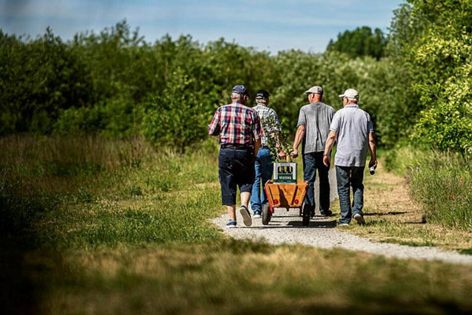 So geht coronakonformes Herrentagsfeiern: Zwei Männer unterschiedlichen Hausstandes ziehen den Bollerwagen, mit 1,50 Metern Abstand folgt das nächste Paar.
