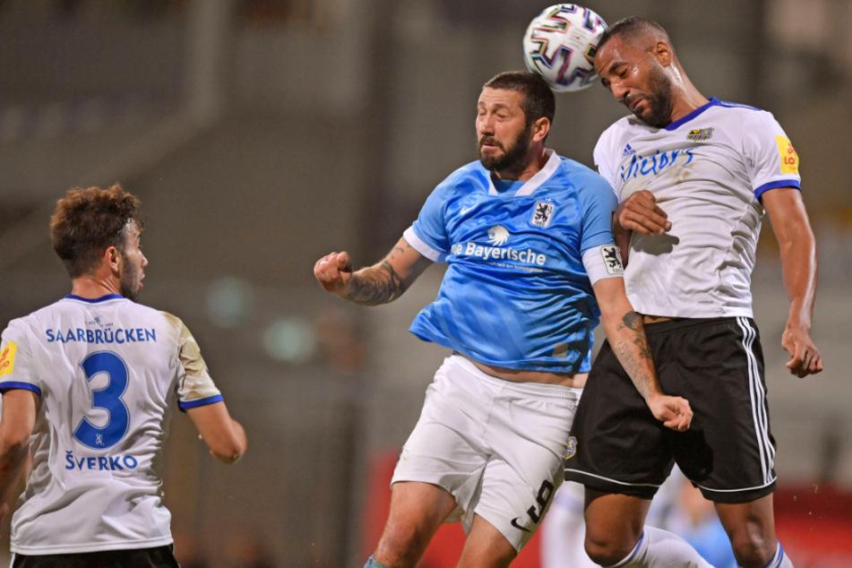 Sascha Mölders (M.) und der TSV 1860 München haben am 6. Spieltag der 3. Liga gegen den 1. FC Saarbrücken die erste Pleite kassiert.