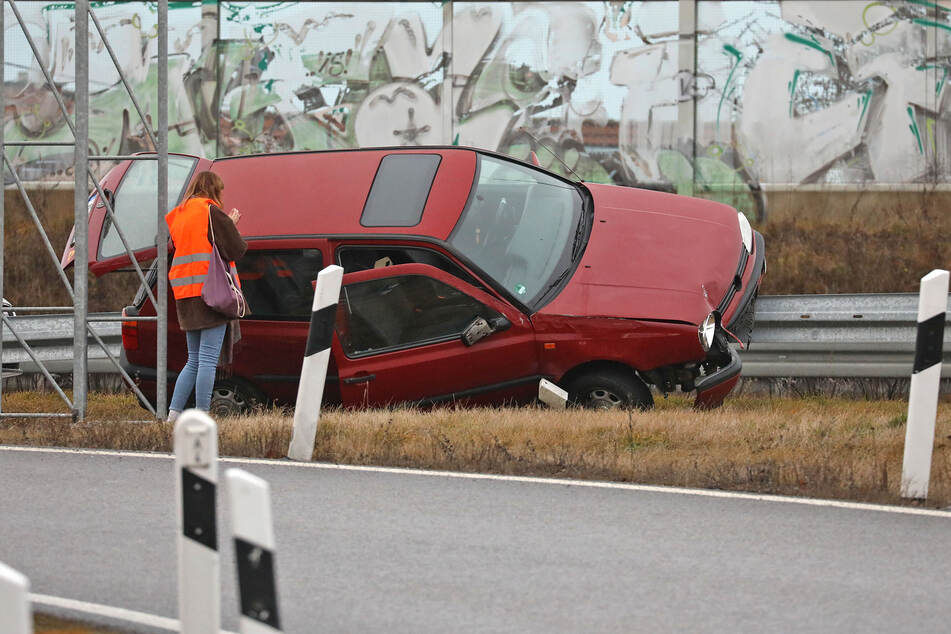 Ausfahrt verpasst? VW fährt auf A4 auf Leitplanke