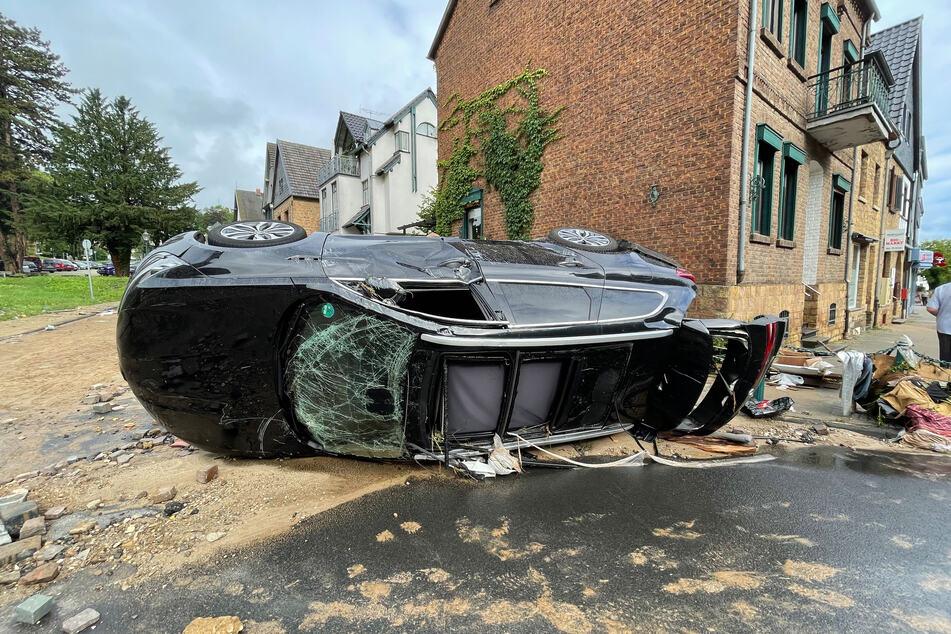 Blick in eine Straße in Bad Münstereifel nach schweren Regenfällen und dem Hochwasser der Erft.