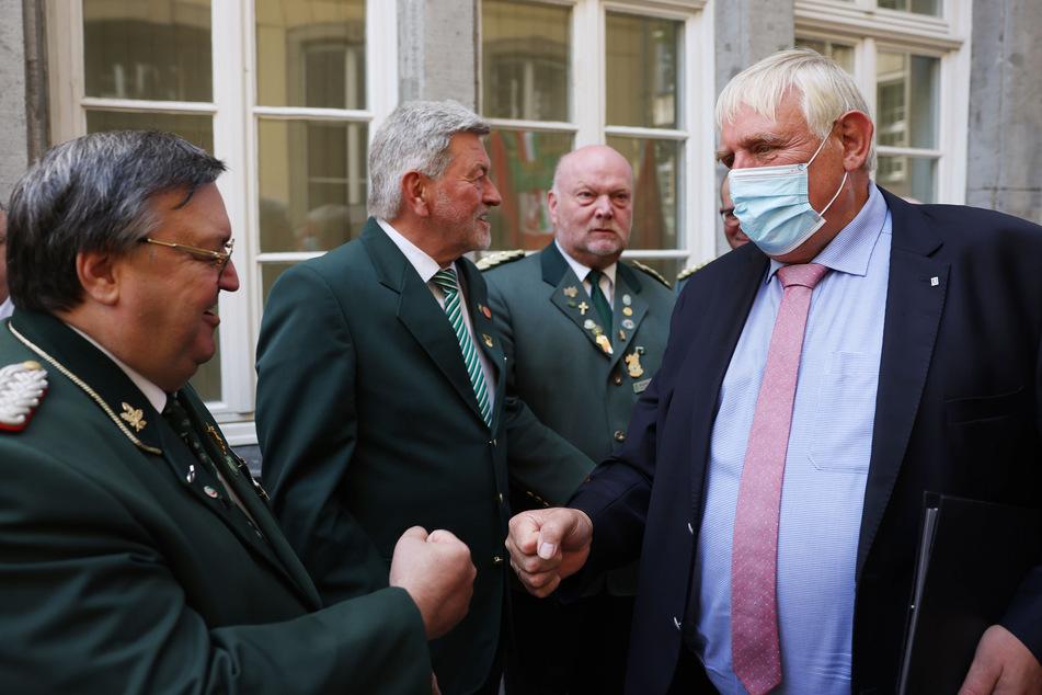 Gesundheitsminister Karl-Josef Laumann (CDU, r.) appelliert an alle Menschen, die Karneval feiern wollen, sich vorher impfen zu lassen.