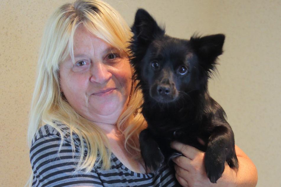"""Treppen-Marathon: Simone Jedermann (54) aus dem neunten Stock muss mit Chihuahua """"Max"""" (9 Monate) täglich mehrmals raus."""