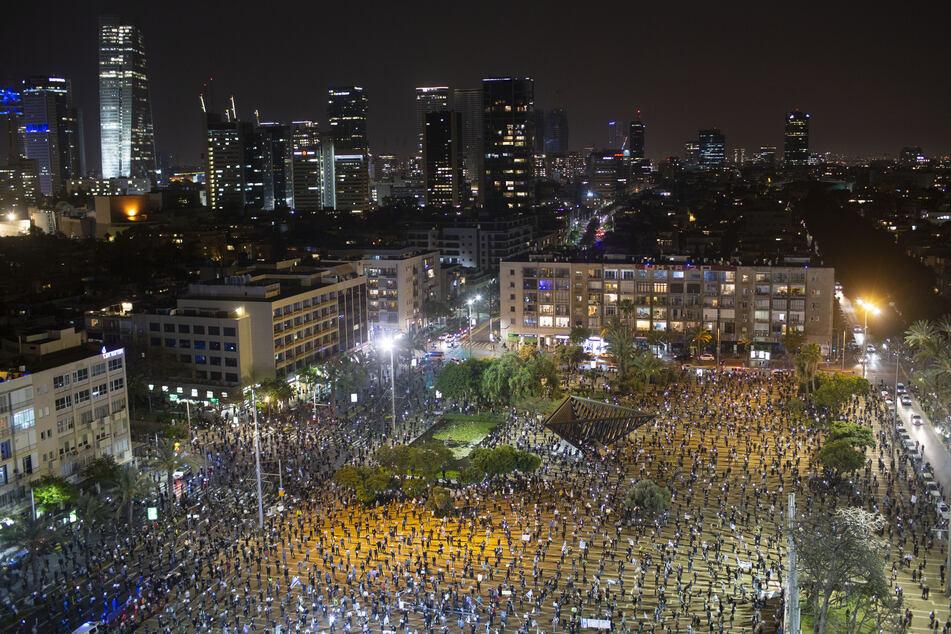 Menschen demonstrieren auf den Straßen mit entsprechendem Abstand, aufgrund des Coronavirus. Die Demonstranten warfen Netanjahu vor, die Coronavirus-Krise als Vorwand zu benutzen, um die demokratischen Institutionen des Landes zu untergraben.