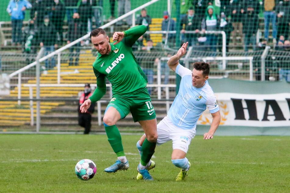 Der CFC stolpert in der Saison noch zu oft - wie hier Nils Köhler (r.) gegen Chemiker Tomas Petracek.
