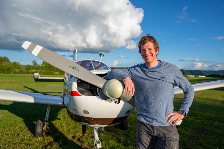 Pilot Tim Tibo (44) steht auf dem Flugplatz Traben-Trarbach an einem einmotorigen Flugzeug vom Typ Moran.