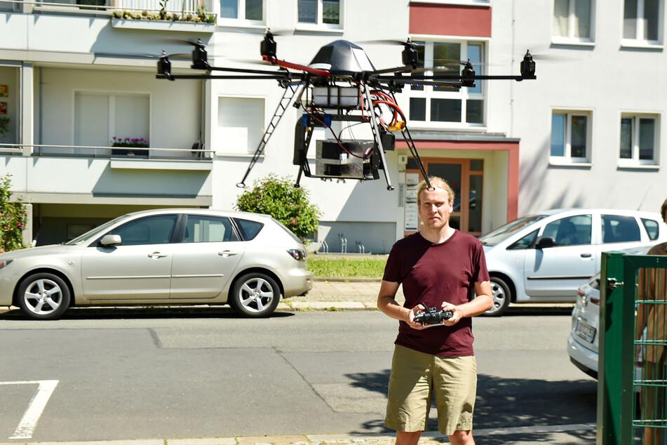 Jakob Maercker (39) steuert die Drohne gekonnt über die Kita.