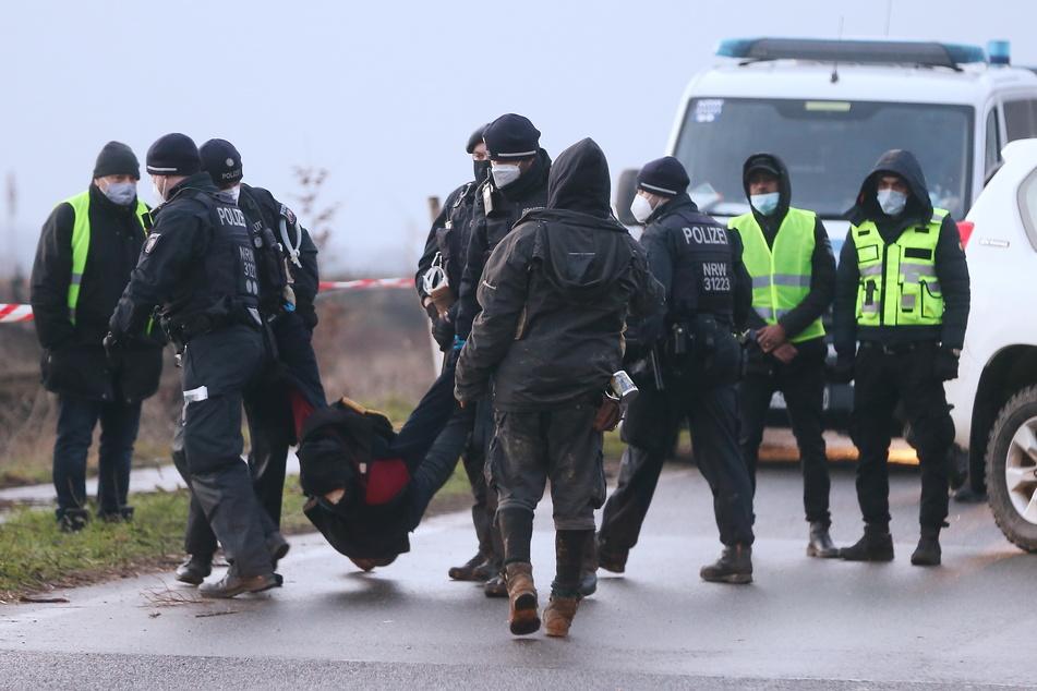 Abriss für Braunkohle: Sitzproteste in Lützerath, während die Bagger anrollen