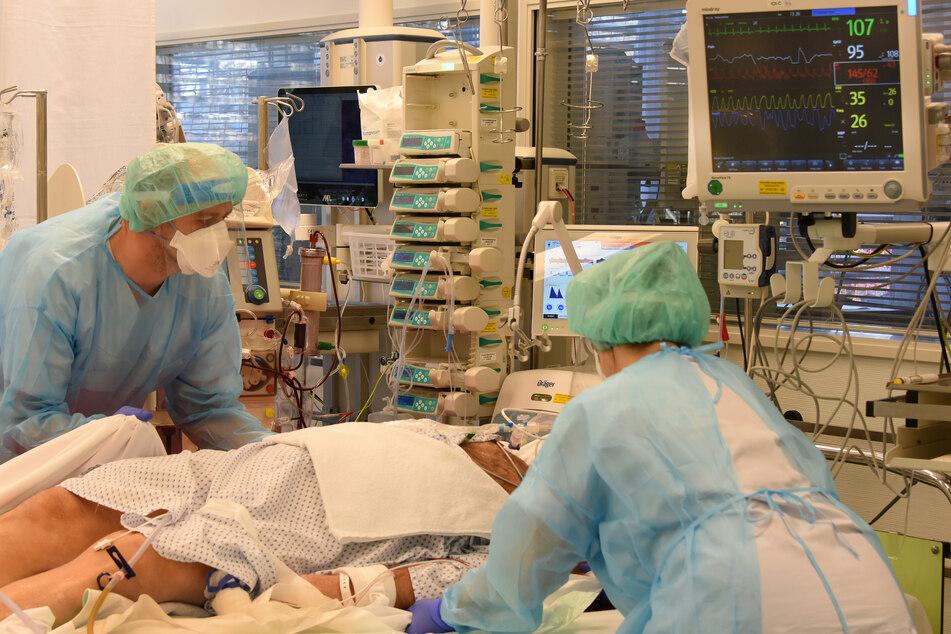 Intensiv-Pflegekräfte versorgen einen Patienten auf der Covid-19-Station des Universitätsklinikums Leipzig.