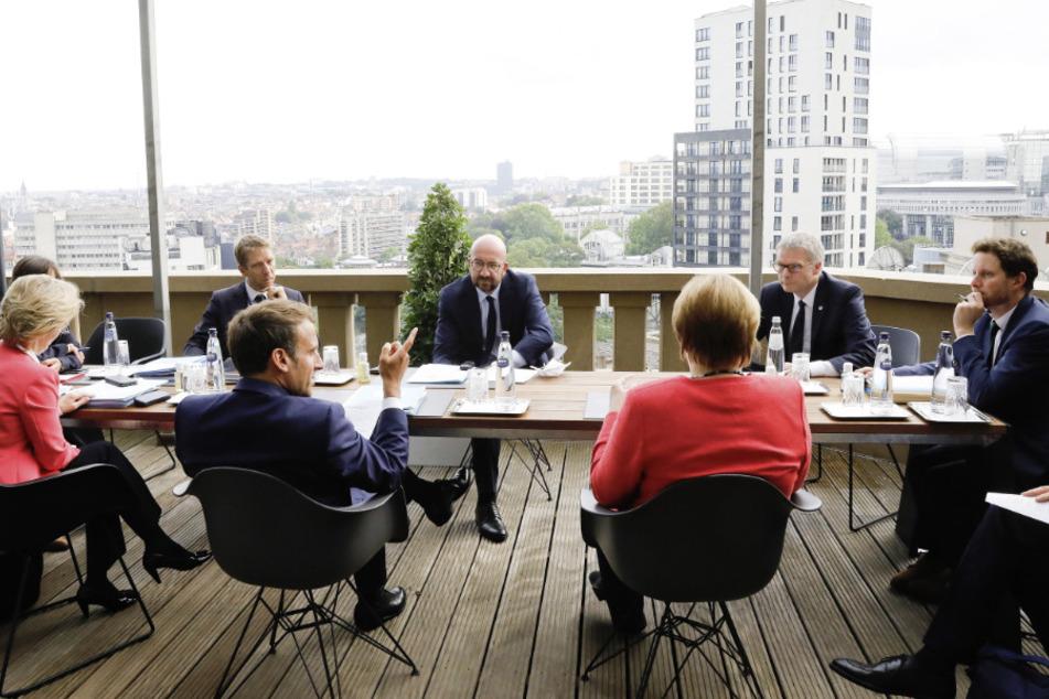 Belgien, Brüssel: Charles Michel (M), Jeppe Tranholm-Mikkelsen (3.v.r), Generalsekretär des Rates der Europäischen Union, Angela Merkel (4.v.r), Emmanuel Macron (3.v.l), Präsident von Frankreich, und Ursula von der Leyen (l), Präsidentin der Europäischen Kommission, sprechen im Rahmen eines Treffen am Rande des Sondergipfels des Europäischen Rates.