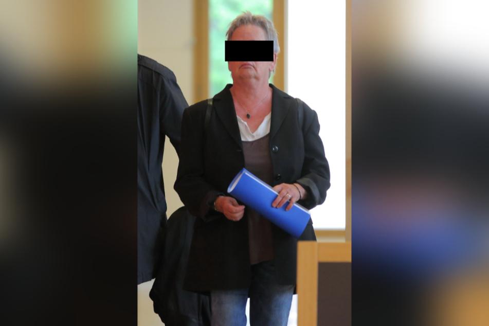Bahnfahrerin Ruth. H. (61) schloss immer wieder die Tür, klemmte die Polizistin absichtlich ein.