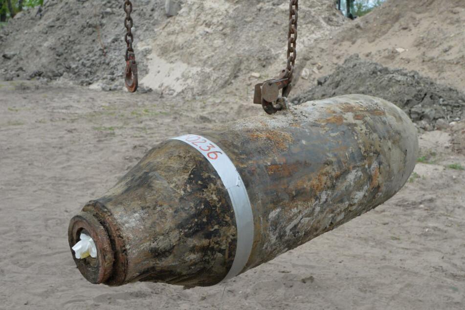 Eine entschärfte 250 Kilogramm Bombe hängt am Kranhaken auf dem Sprengplatz in Oranienburg. Am Dienstag soll gegen Mittag eine Weltkriegsbombe in Berlin-Spandau entschärft werden. (Symbolfoto)