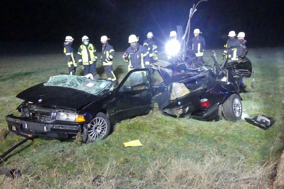 Durch die Kollision mit einem Baum zerfetzte der BMW in zwei Teile.
