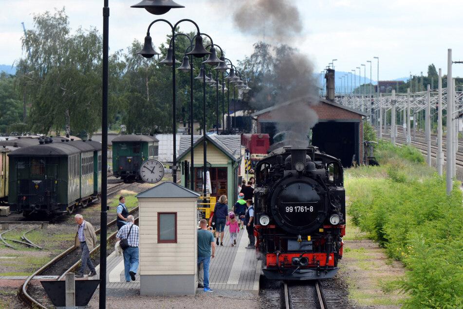 Die Schmalspurbahn hält im Bahnhof Radebeul.