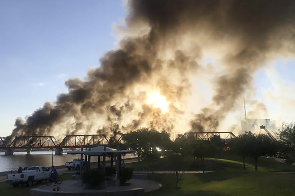 Schwarze Rauchschwaden steigen über dem Großbrand auf der Brücke auf.