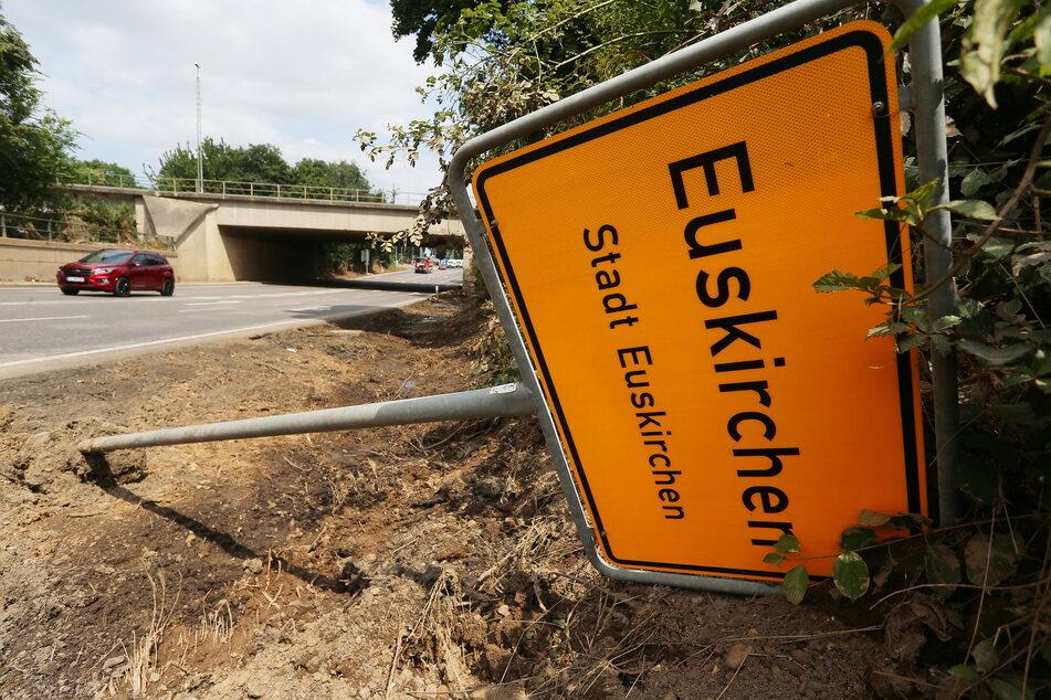 Ein überspültes Ortsschild von Euskirchen beim Hochwasser.