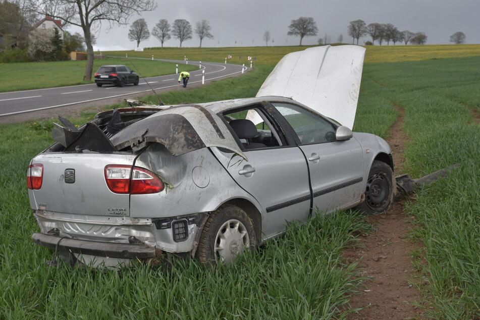 Schwerer Unfall auf der B101 bei Pockau-Lengefeld: Ein Seat kam von der Bundesstraße ab und überschlug sich.