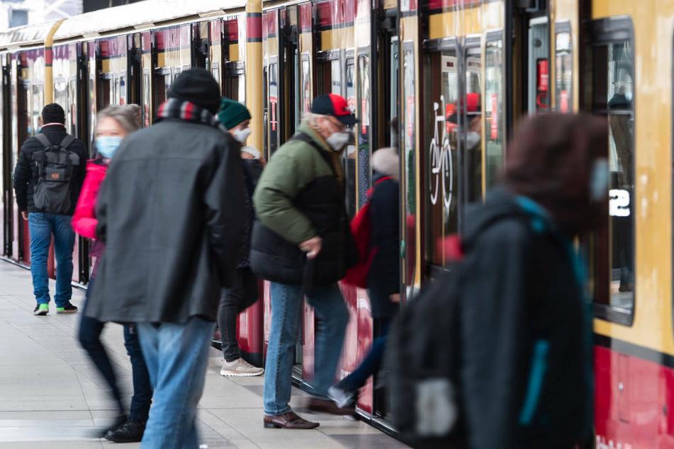 Nach einer Weichenstörung zwischen Jannowitzbrücke und Alexanderplatz müssen die Fahrgäste der Berliner S-Bahn mit Zugausfällen und -verspätungen rechnen. (Symbolfoto)