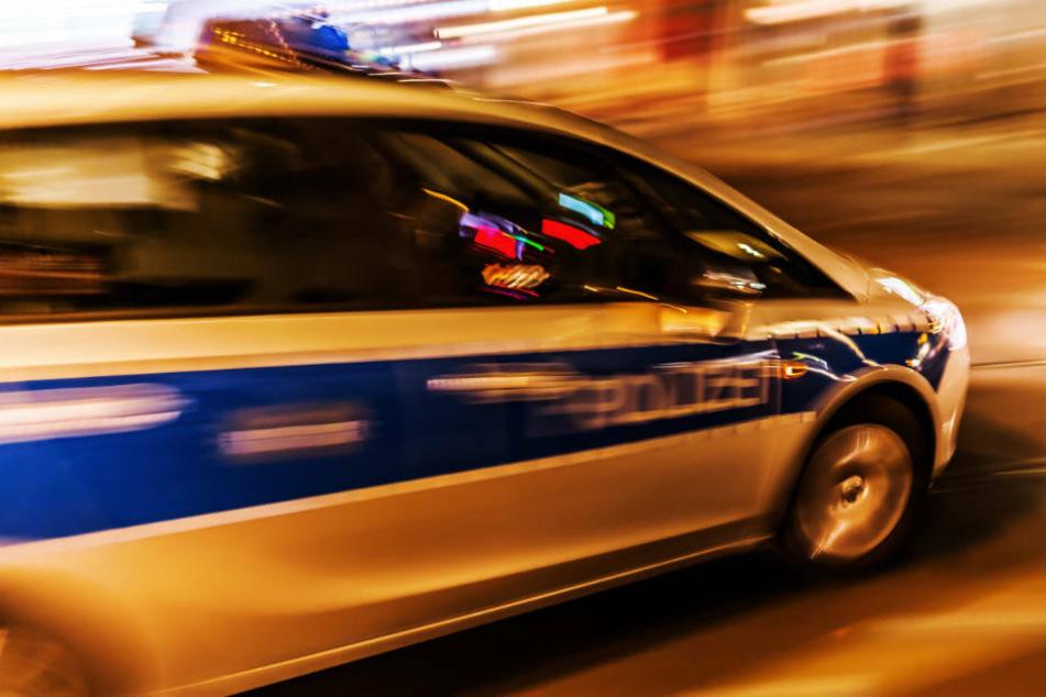 Ein halbes Dutzend Polizeistreifen fuhren nach der Meldung zum Tatort (Symbolbild).