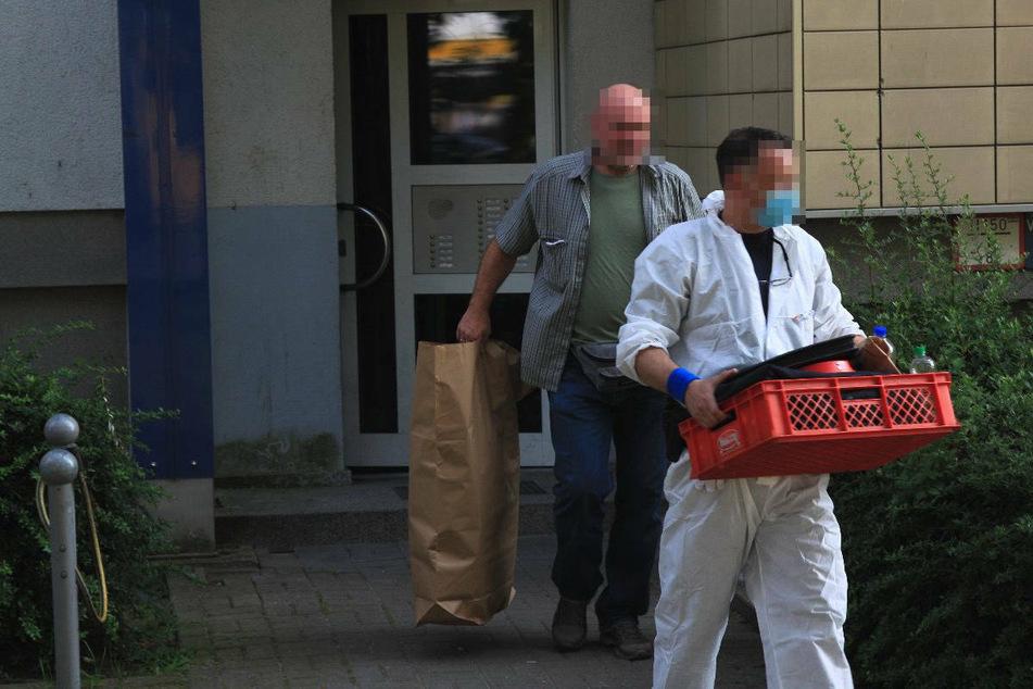 Ermittler des LKA stellen bei einer Durchsuchung in Berlin-Hellersdorf Beweise sicher.