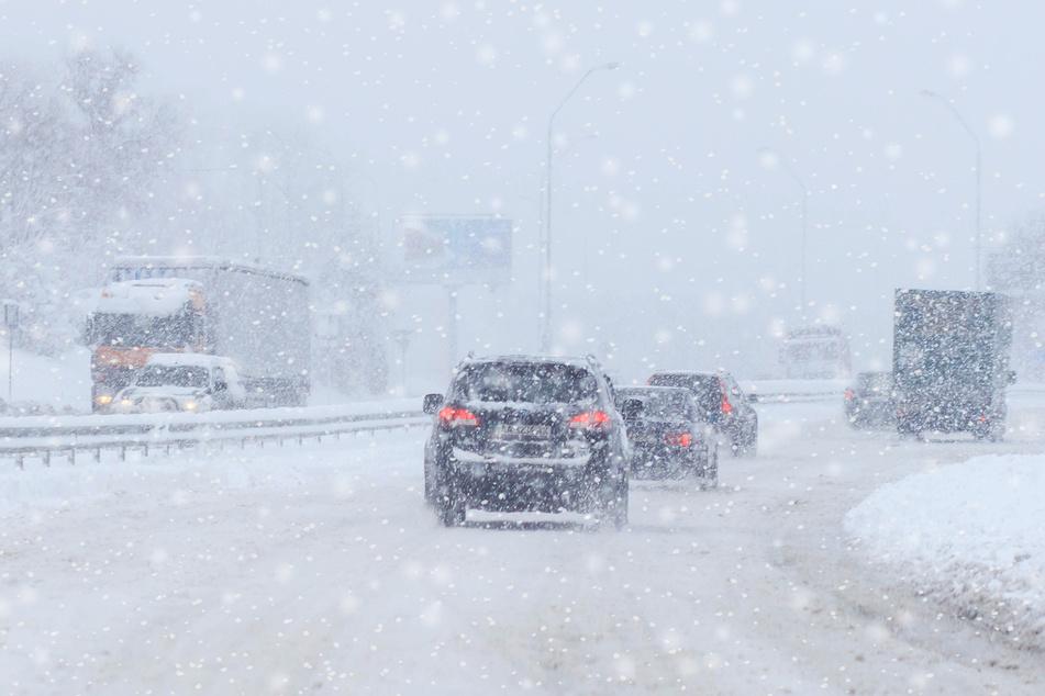 Auf einer verschneiten Autobahn kam es zur Massenkarambolage (Symbolbild).