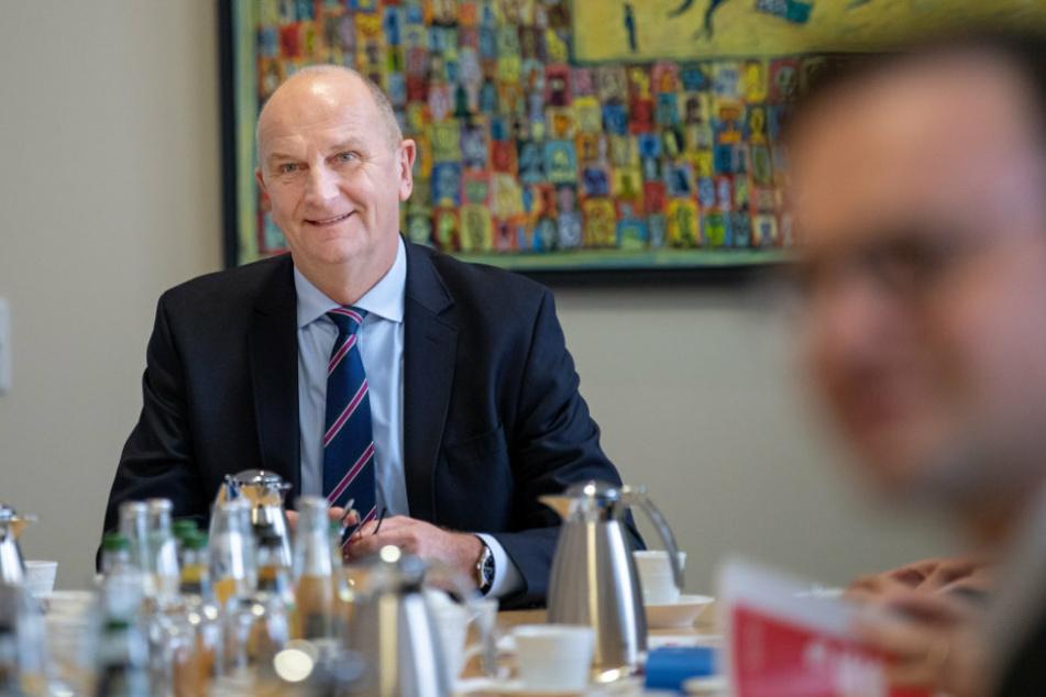 Dietmar Woidke (SPD), Ministerpräsident von Brandenburg, lächelt in der Staatskanzlei vor Beginn der ersten regulären Sitzung des Brandenburger Kabinetts nach der Vereidigung.
