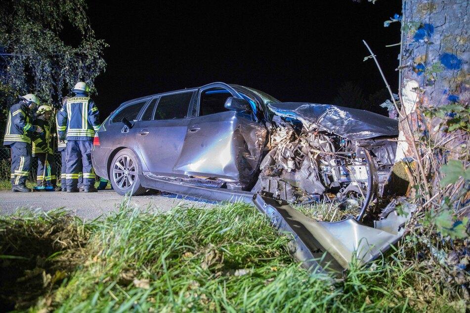Am Dienstagabend krachte ein BMW-Fahrer (39) mit voller Wucht gegen einen Baum. Offenbar war er betrunken.