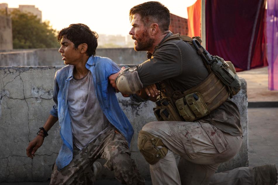 Tyler Rake (r., Chris Hemsworth) rettet Ovi Mahajan Junior (Rudhraksh Jaiswal) aus den Fängen der brutalen Entführer.