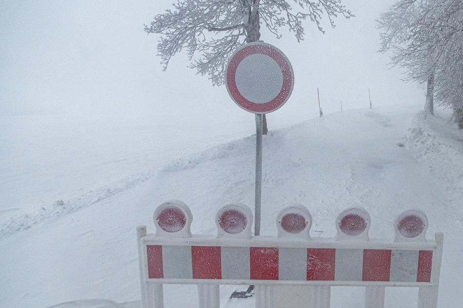 Schneesturm zieht über das Erzgebirge: Schneeverwehungen sorgen für Behinderungen