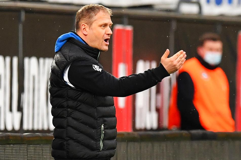 """BFV-Coach Erik Schmidt (41) an der Seitenlinie im """"altehrwürdigen"""" Rudolf-Harbig-Stadion."""