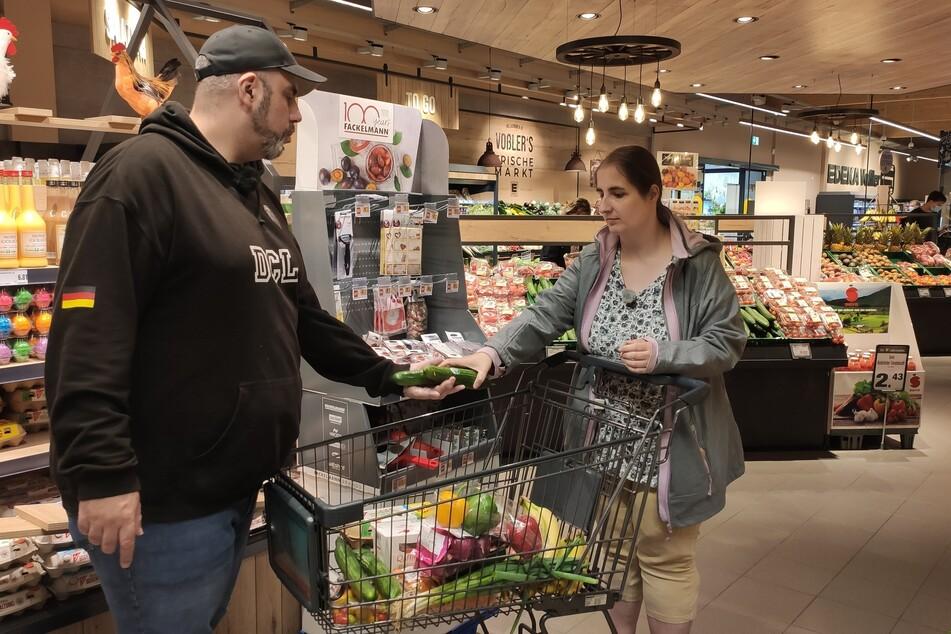 Markus und Kira Winkler sind beim Einkaufen von der großen Auswahl und ihrem großen Budget überfordert.