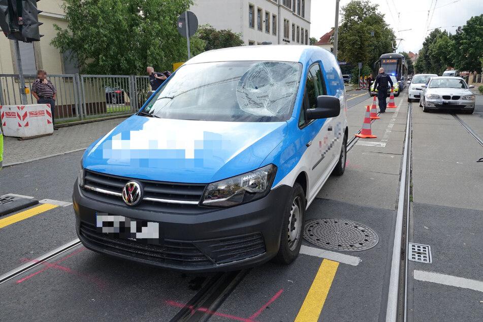 Die Frontscheibe des VW Caddy erlitt deutlich sichtbare Schäden.