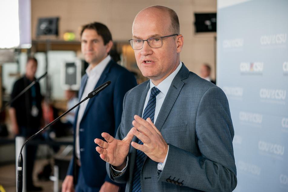 Ralph Brinkhaus (CDU, re.), Vorsitzender der CDU/CSU-Bundestagsfraktion, spricht neben Andreas Jung (CDU), Fraktionsvize, bei einem Pressestatement vor Beginn der Fraktionssitzung der Union im Bundestag am Dienstag.