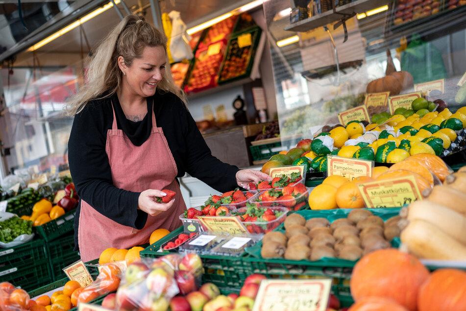 Marktverkäuferin Adriana Kurth sortiert an ihrem Stand Obst.