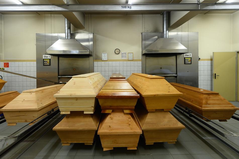 Särge mit Verstorbenen, die an oder mit dem Coronavirus gestorben sind, stehen im Krematorium vor dem Einäscherungsofen.